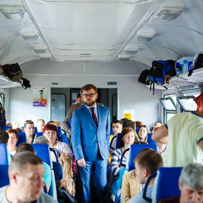 Кравцов проінспектував модернізацію і ремонт поїзда приміського сполучення разом з пасажирами (фото)