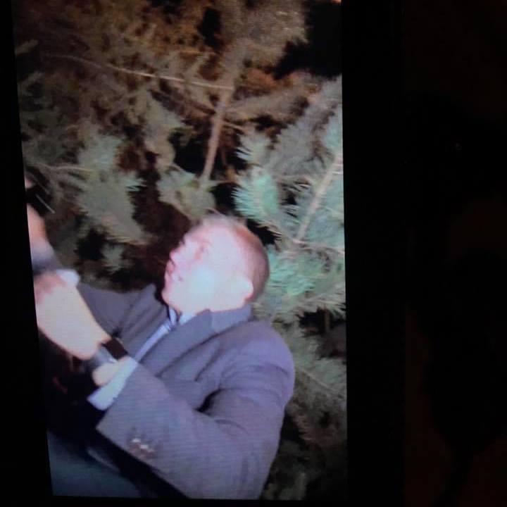 Біля ресторану, де знаходився Порошенко та Гройсман, співробітники охорони напали на журналіста (фото)