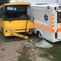 Автобус та «швидка» лоб у лоб зіткнулися на Львівщині: є постраждалі