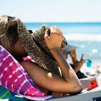 Дерматолог дала поради, як відновити шкіру після літа