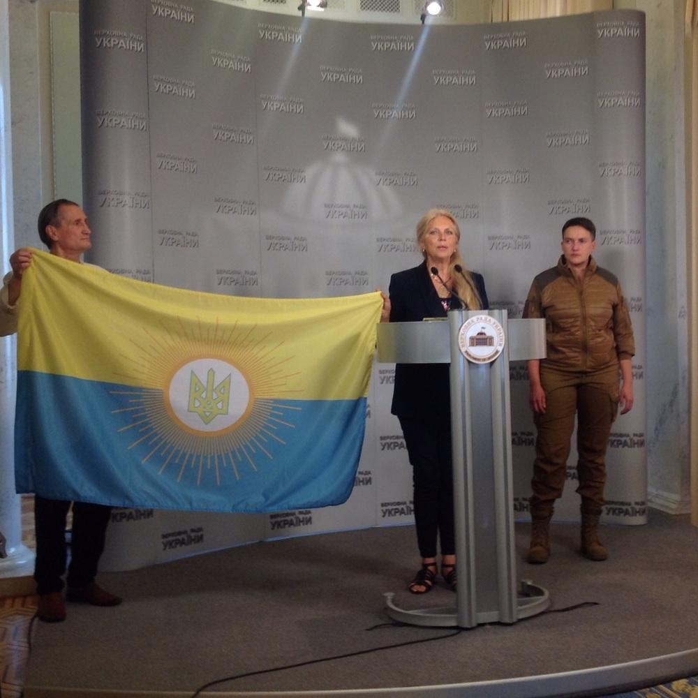 Надія Савченко: «Моїй мамі телефонували та казали, що треба перегорнути прапор та переспівати гімн. І це врятує Україну»