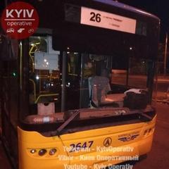 У Києві невідомі обстріляли тролейбус (фото)