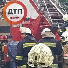 У Києві спалахнув триповерховий будинок (фото)