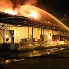У Києві сталася потужна пожежа на складі з пінопластом