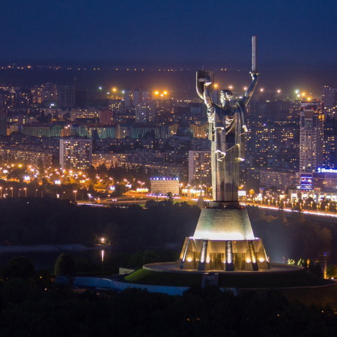 Жителів і гостей столиці запрошують на безкоштовну прогулянку нічним Києвом