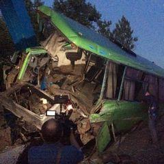 На Харківщині маршрутка з пасажирами врізалась в опору моста (фото)