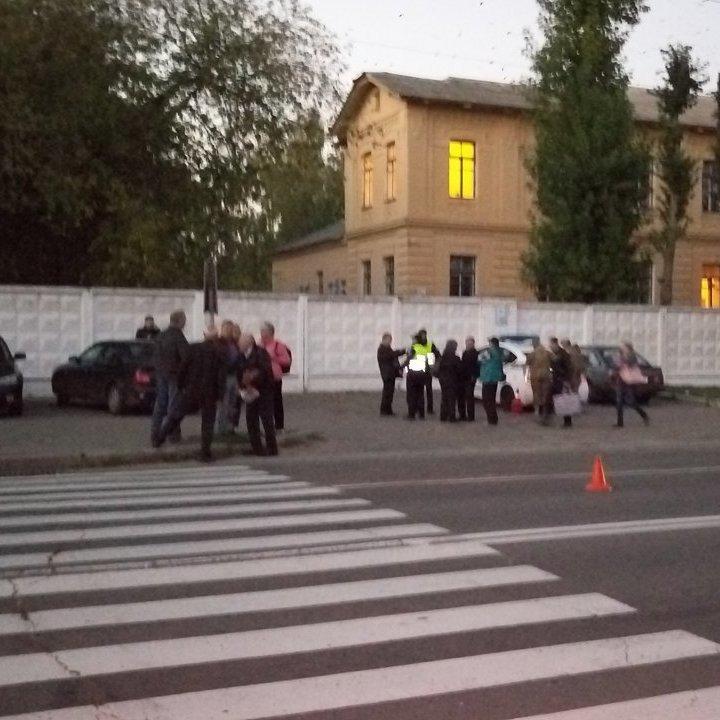 У Житомирі водій автобуса збив на пішохідному переході трьох дітей