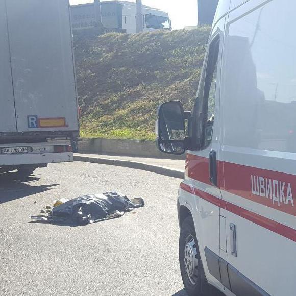 У Києві вантажівка насмерть переїхала жінку (фото)