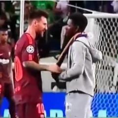 Фанат прорвався на поле і поцілував Мессі в бутсу (відео)