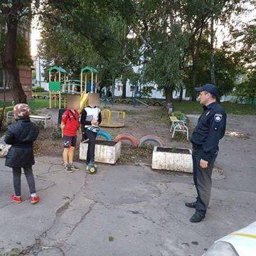 У Хмельницькому діти звернулися до патрульних через те, що бабця вигнала їх з дитячого майданчика
