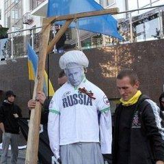 Біля генконсульства Росії в Одесі мітингувальники повісили опудало Путіна (фото)