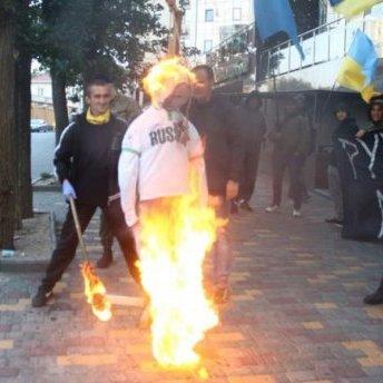 В Одесі перед консульством Росії спалили опудало Путіна: фото