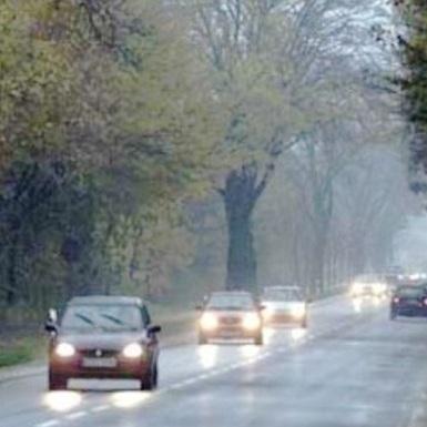 З сьогоднішнього дня водії України повинні вмикати фари вдень