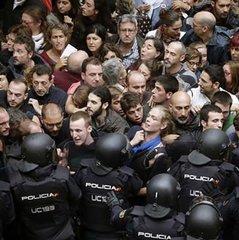 Поліція відкрила вогонь по людях на референдумі в Каталонії