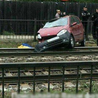 На Київщині поїзд протаранив авто, яке зненацька з'явилося на колії (фото)