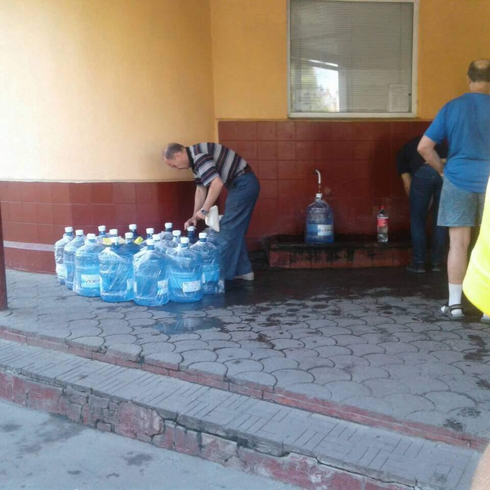 Фотофакт: в Одесі фірма з доставки води набирає воду у вуличних бюветах