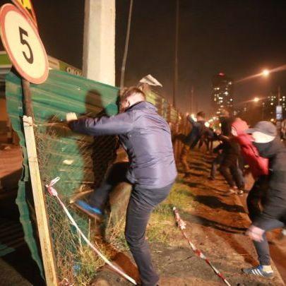 Через будівництво АЗС у Києві активісти побились з поліцією та розтрощили комплекс