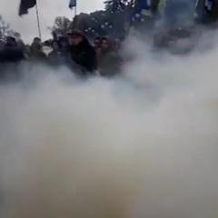 Біля стін ВР протестувальники запалили димові шашки та фаєри (відео)