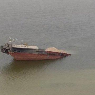 На Каховському водосховищі потонула баржа, нафтова пляма – 6 кілометрів