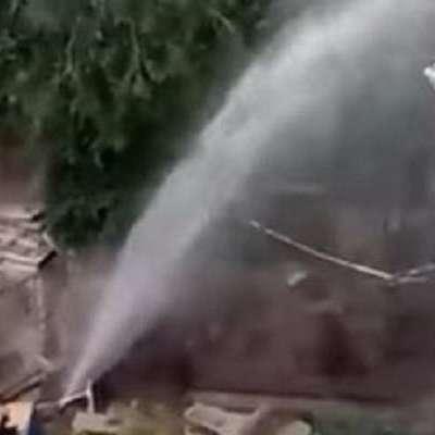 У Харкові прорвало трубу: з-під асфальту б'є 15-метровий фонтан (відео)