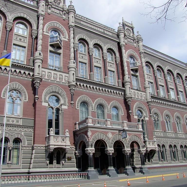 НБУ обмежив роботу шести банків