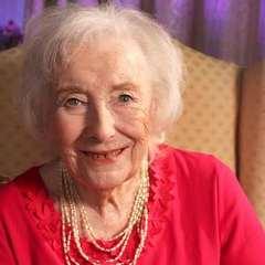 100-річна співачка очолила чарти Британії (відео)