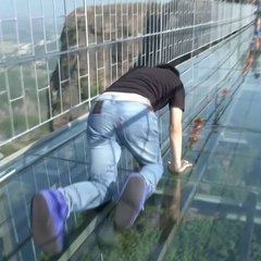 У Китаї чоловік був шокованй, коли під його ногами почав «тріскатися» скляний міст (відео)