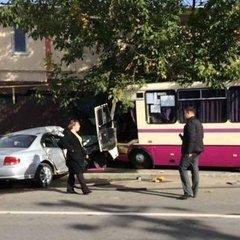 На Одещині маршрутка врізалась в приватний будинок: є постраждалі (фото)