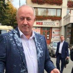 Нардепа облили кефіром у Чернівцях: з'явились фото