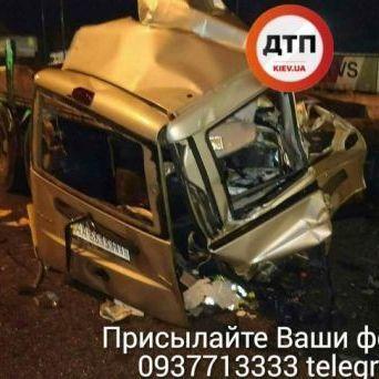 Жахлива ДТП під Києвом: легковик влетів у вантажівку (фото)