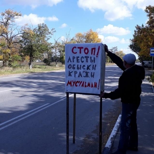 Жителі Криму вийшли на одиничні пікети: окупанти затримують активістів (фото)