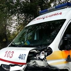 В Запоріжжі легковик протаранив авто швидкої допомоги (фото)