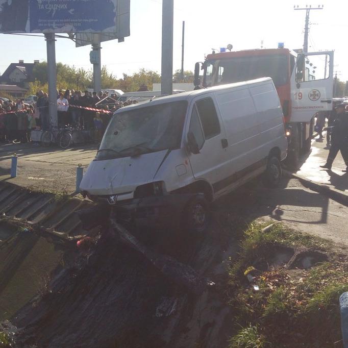На Хмельниччині рятувальники витягли з річки затонулий мікроавтобус (фото)