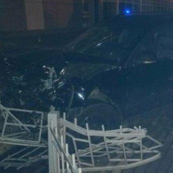 У Рівному автомобіль влетів у зупинку громадського транспорту де знаходились люди: є постраждалі (фото)