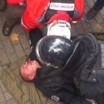 Сутички під ВР: пораненого поліцейського забрала швидка (фото)