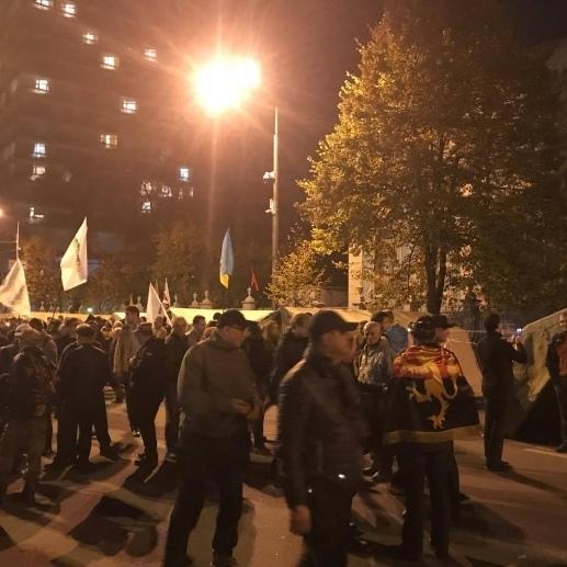 Ситуація біля Верховної Ради: мітингувальники згортають прапори, намети залишаються
