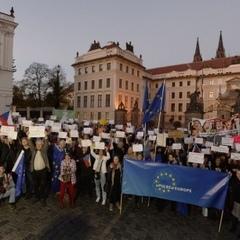 Чехи прийшли з протестом до Земана через його заяву про Крим (фото)