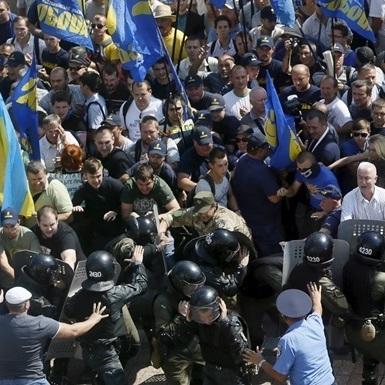 Поліція затримала 8 активістів під час заворушень під Радою (відео)
