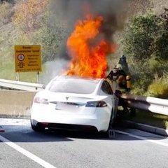 В Австрії горів автомобіль Tesla (відео)