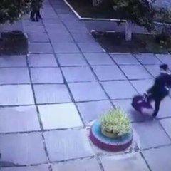 У мережі поширили відео викрадення немовля у Києві