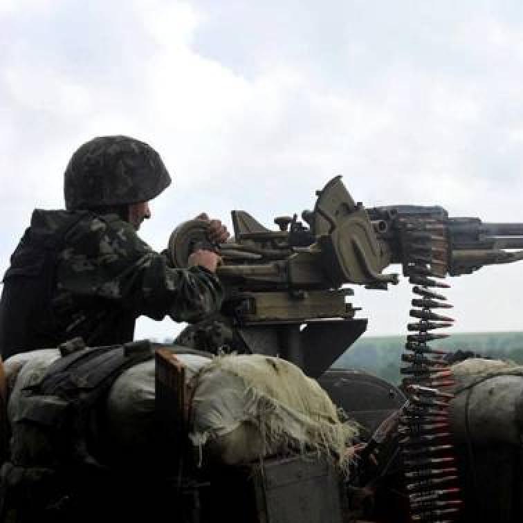 АТО: 12 обстрілів за добу, поранений боєць