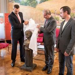 Кличко передав меру Тулузи пам'ятник Анні Київській, який встановлять біля одного з храмів в історичній частині французького міста