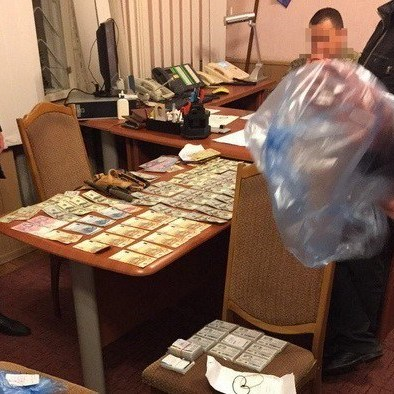 У Тернополі двоє податківців «погоріли» на хабарі у 400 тисяч гривень