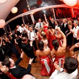 Поки гості танцювали на весіллі, один із запрошених поцупив телефон