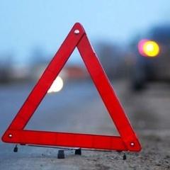 На Львівщині з-під капоту автомобіля під час руху вилетів утеплювач двигуна та спричинив ДТП