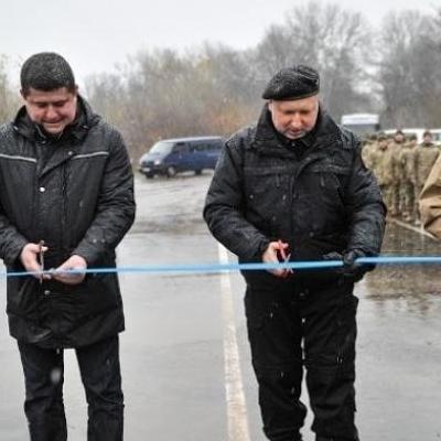 Турчинов відкрив зруйнований бойовиками міст у зоні АТО (відео)