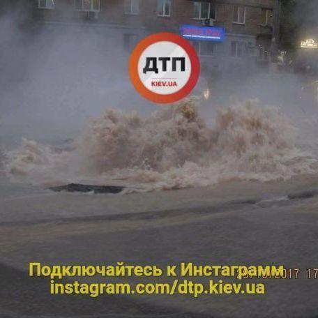 У Києві з-під асфальту забив фонтан із гарячої води