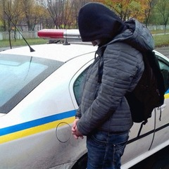 На Луганщині 25-річний молодик силоміць тягнув матір додому та з ножем напав на поліцейських