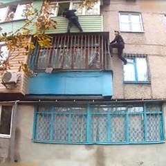 У Маріуполі поліцейські забрались на балкон третього поверху, щоб врятувати жінку та дитину від чоловіка, який намагався їх задушити (відео)