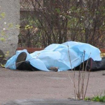Чоловік помер на лавці в Києві: труп уже кілька годин не забирають з місця події (фото)
